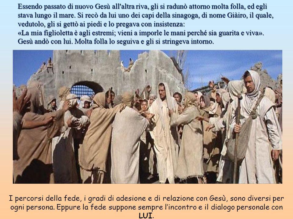 Essendo passato di nuovo Gesù all altra riva, gli si radunò attorno molta folla, ed egli stava lungo il mare. Si recò da lui uno dei capi della sinagoga, di nome Giàiro, il quale, vedutolo, gli si gettò ai piedi e lo pregava con insistenza: «La mia figlioletta è agli estremi; vieni a imporle le mani perché sia guarita e viva». Gesù andò con lui. Molta folla lo seguiva e gli si stringeva intorno.