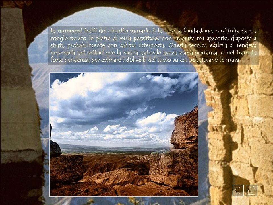 In numerosi tratti del circuito murario è in luce la fondazione, costituita da un conglomerato in pietre di varia pezzatura, non lavorate ma spaccate, disposte a strati, probabilmente con sabbia interposta.