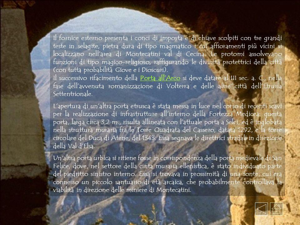 Il fornice esterno presenta i conci di imposta e di chiave scolpiti con tre grandi teste in selagite, pietra dura di tipo magmatico i cui affioramenti più vicini si localizzano nell'area di Montecatini val di Cecina. Le protomi assolvevano funzioni di tipo magico-religioso, raffigurando le divinità protettrici della città (con tutta probabilità Giove e i Dioscuri).