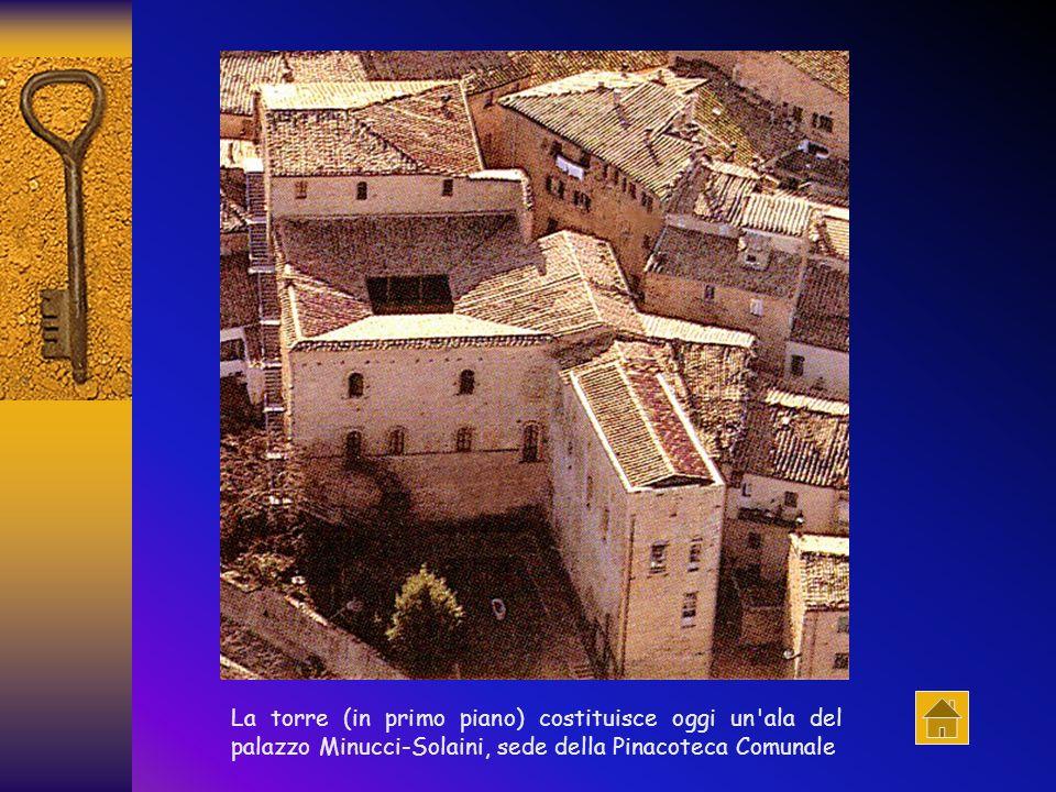 La torre (in primo piano) costituisce oggi un ala del palazzo Minucci-Solaini, sede della Pinacoteca Comunale
