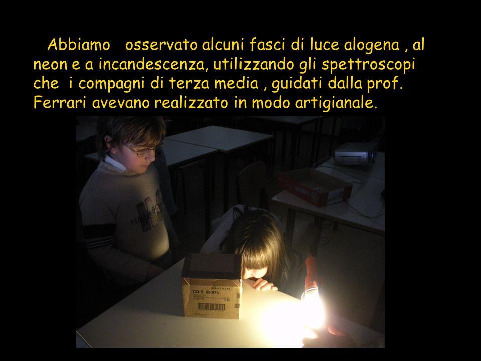I Abbiamo osservato alcuni fasci di luce alogena , al neon e a incandescenza, utilizzando gli spettroscopi che i compagni di terza media , guidati dalla prof.