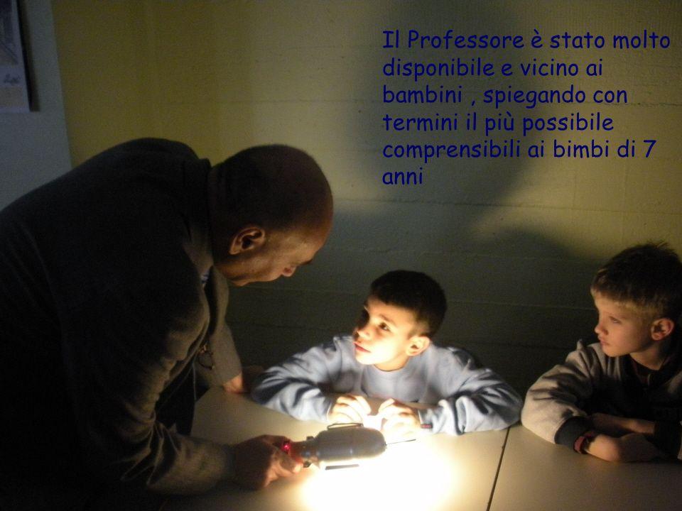 Il Professore è stato molto disponibile e vicino ai bambini , spiegando con termini il più possibile comprensibili ai bimbi di 7 anni
