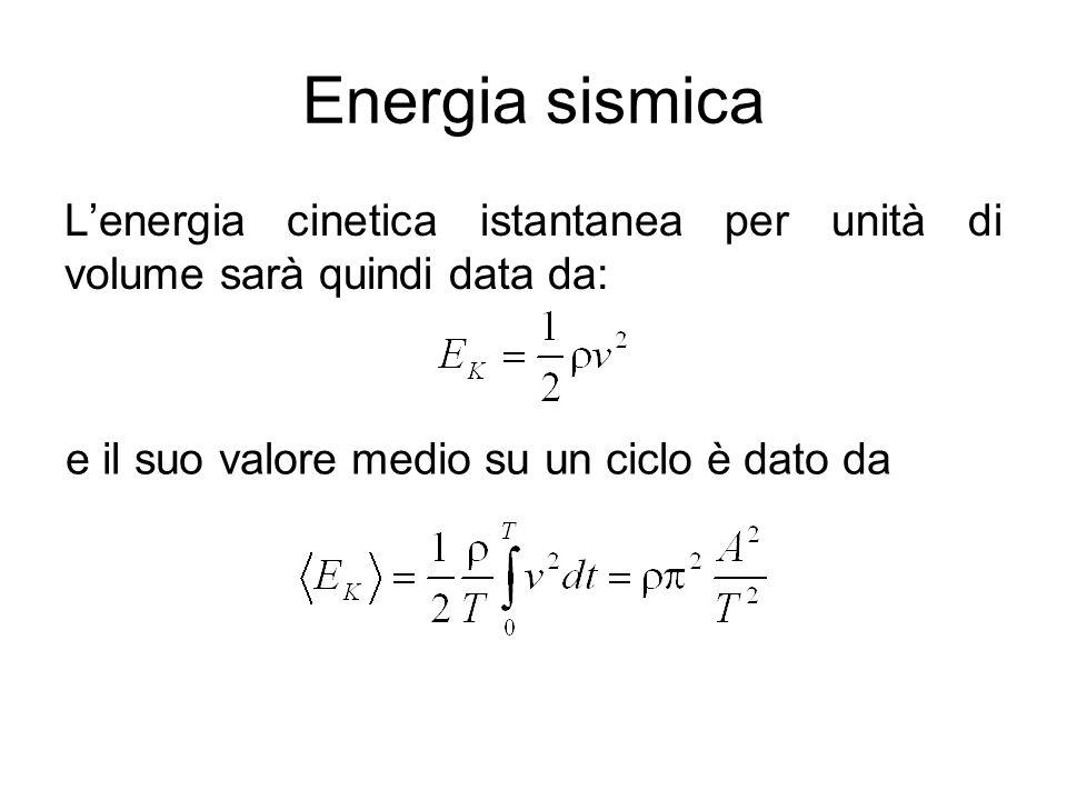 Energia sismica L'energia cinetica istantanea per unità di volume sarà quindi data da: e il suo valore medio su un ciclo è dato da.