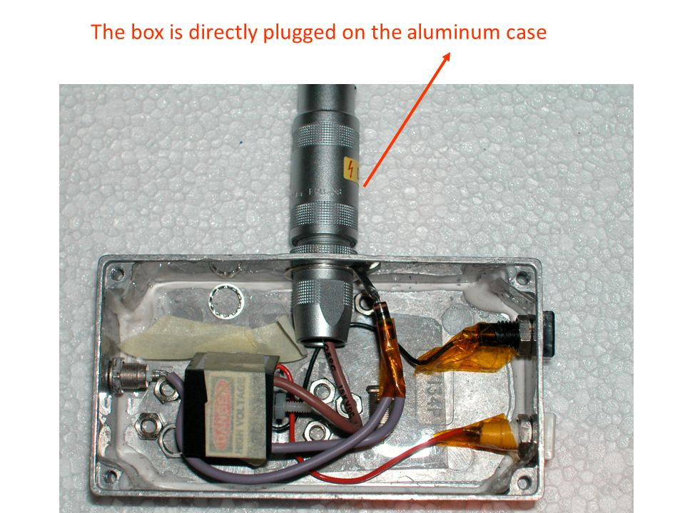 The box is directly plugged on the aluminum case
