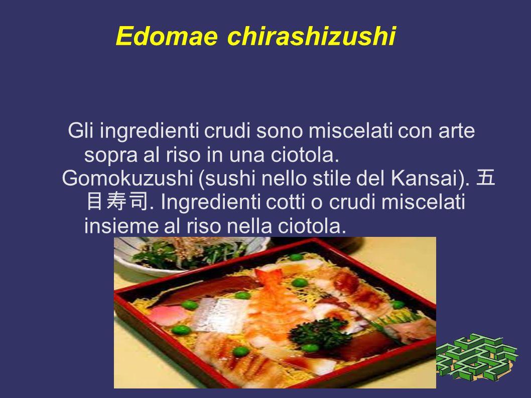 Edomae chirashizushi Gli ingredienti crudi sono miscelati con arte sopra al riso in una ciotola.