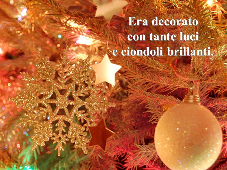 Era decorato con tante luci. e ciondoli brillanti. Sai, Giuseppe L'albero era dentro le case! I pacchi erano stati messi.