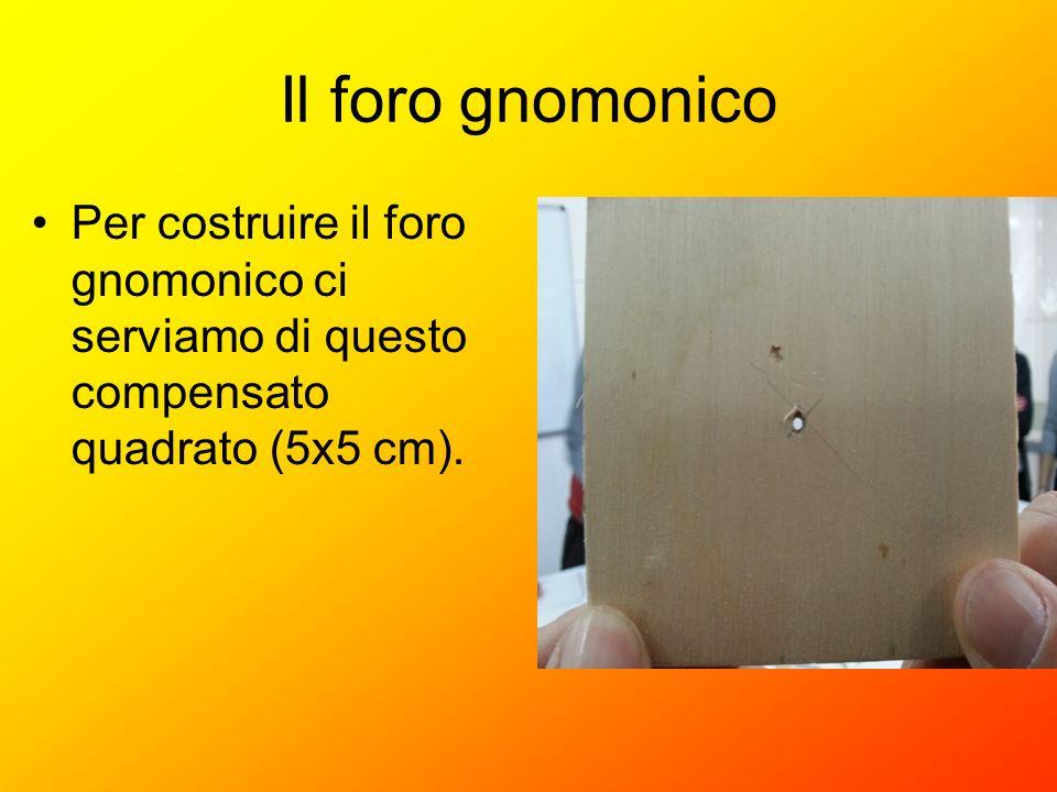 Il foro gnomonico Per costruire il foro gnomonico ci serviamo di questo compensato quadrato (5x5 cm).