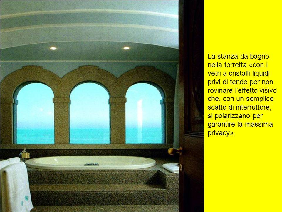La stanza da bagno nella torretta «con i. vetri a cristalli liquidi. privi di tende per non. rovinare l effetto visivo.