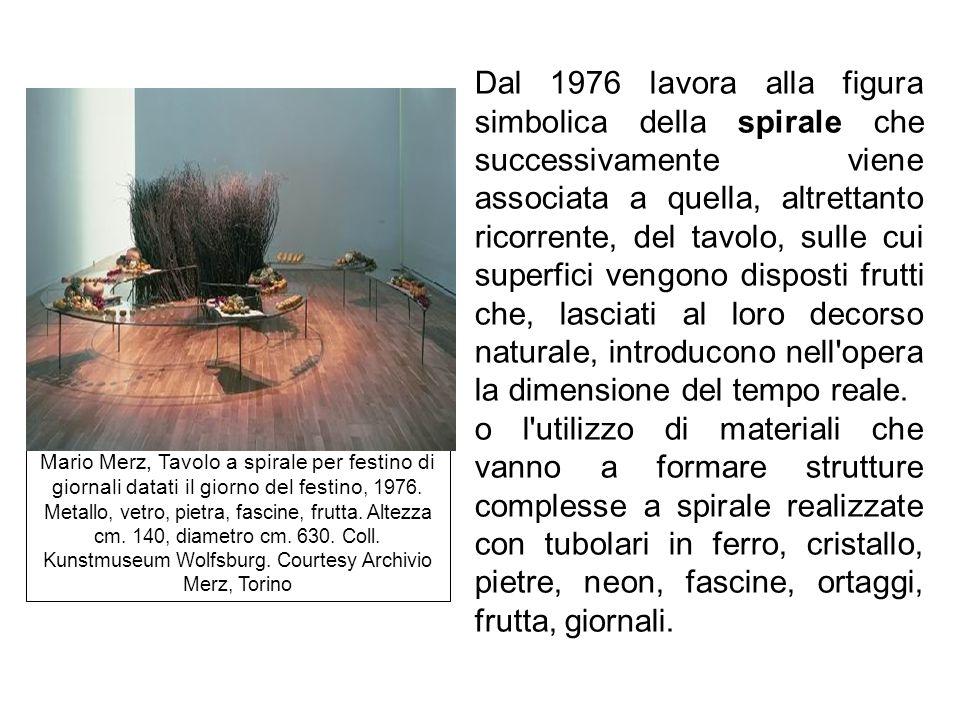 Dal 1976 lavora alla figura simbolica della spirale che successivamente viene associata a quella, altrettanto ricorrente, del tavolo, sulle cui superfici vengono disposti frutti che, lasciati al loro decorso naturale, introducono nell opera la dimensione del tempo reale.