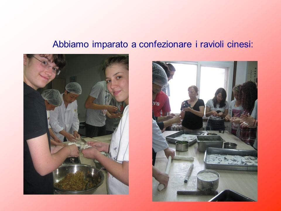 Abbiamo imparato a confezionare i ravioli cinesi: