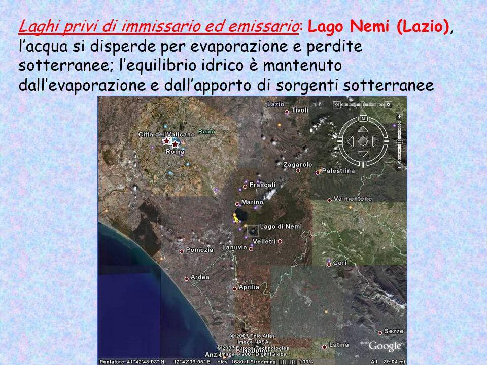 Laghi privi di immissario ed emissario: Lago Nemi (Lazio), l'acqua si disperde per evaporazione e perdite sotterranee; l'equilibrio idrico è mantenuto dall'evaporazione e dall'apporto di sorgenti sotterranee