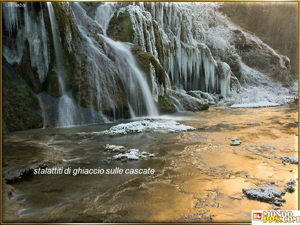 stalattiti di ghiaccio sulle cascate