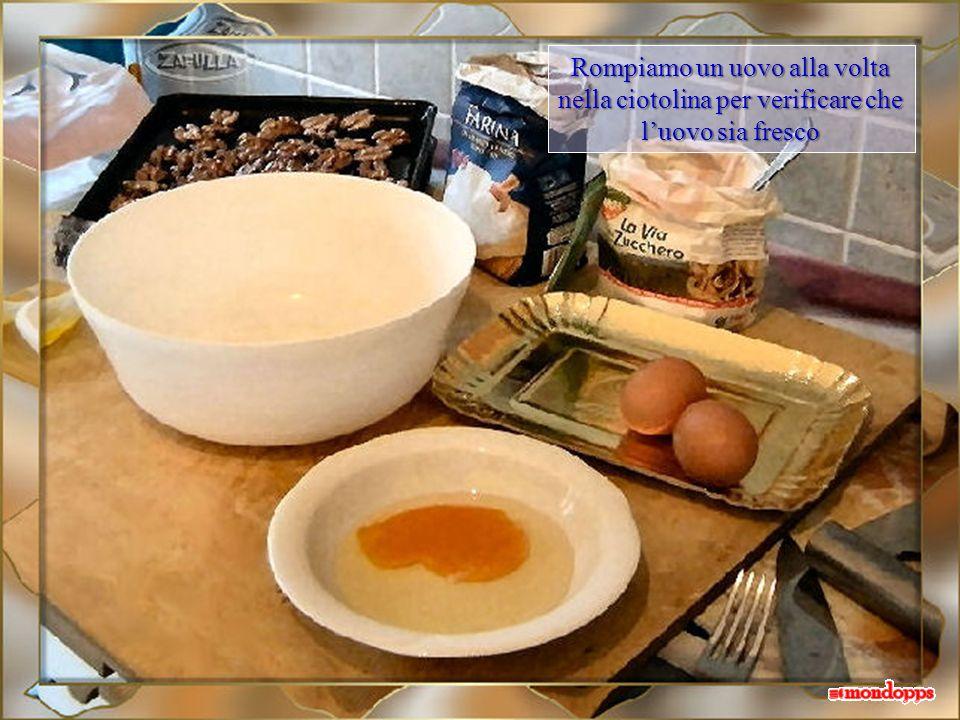 Rompiamo un uovo alla volta nella ciotolina per verificare che l'uovo sia fresco