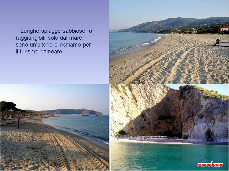Lunghe spiagge sabbiose, o raggiungibili solo dal mare, sono un'ulteriore richiamo per il turismo balneare.