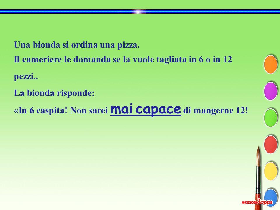 Una bionda si ordina una pizza.