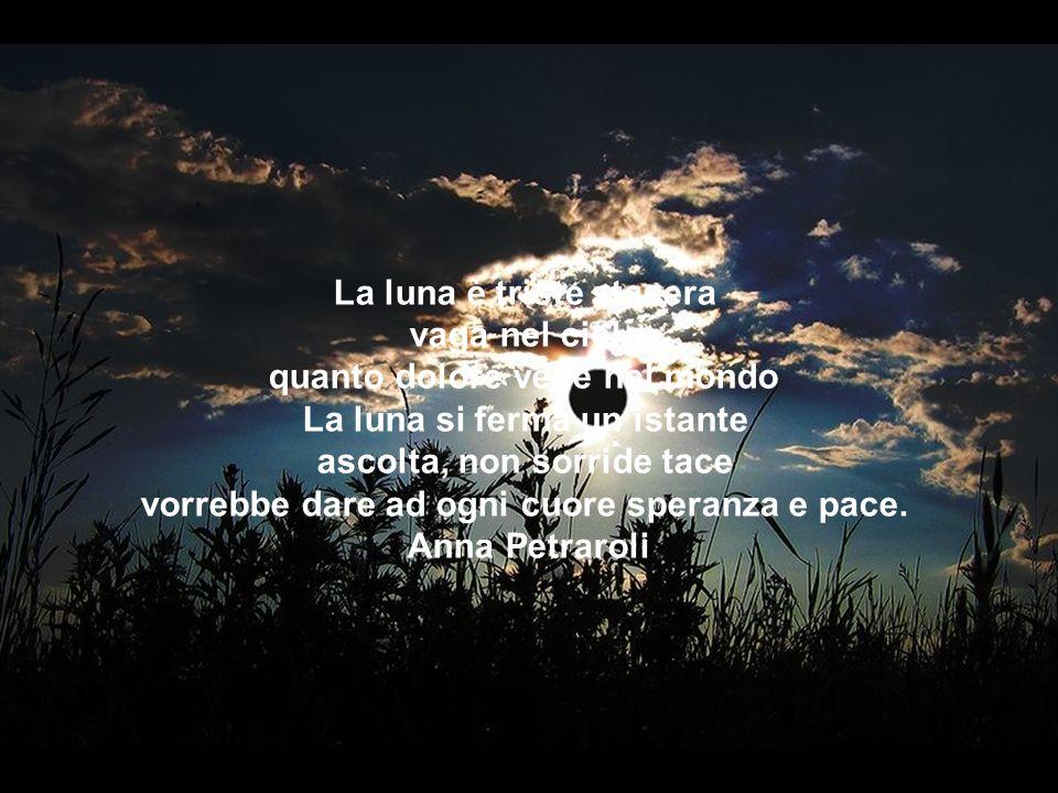 La luna è triste stasera vaga nel cielo quanto dolore vede nel mondo