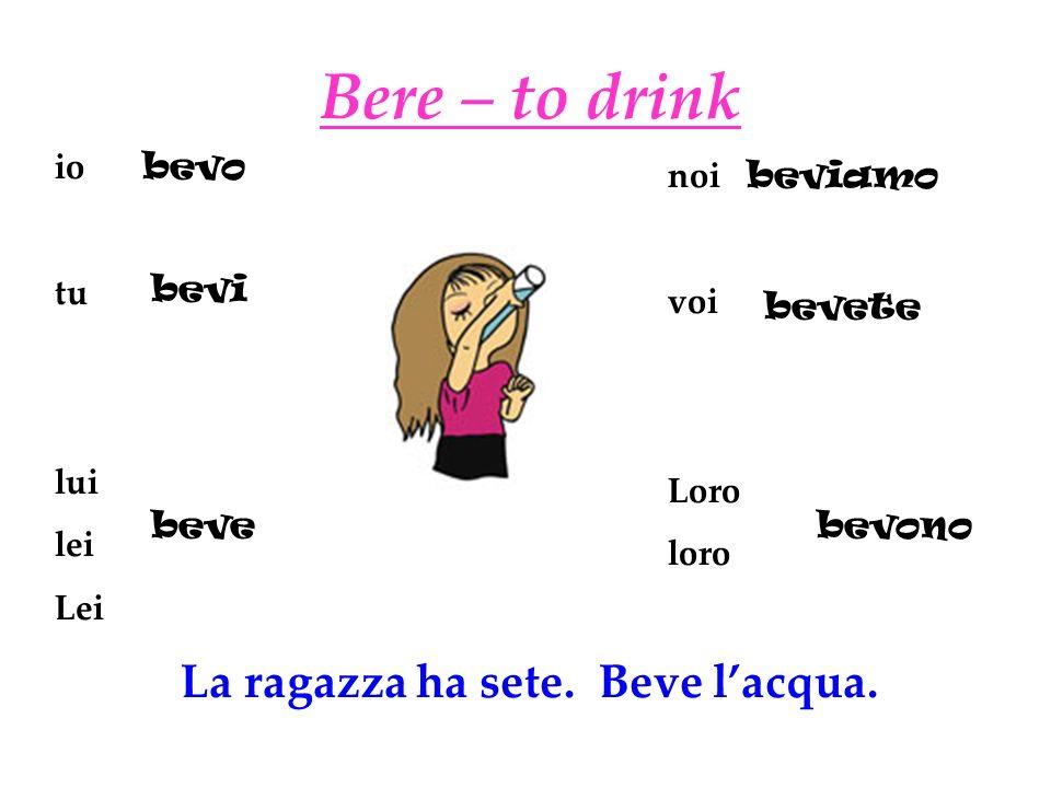 La ragazza ha sete. Beve l'acqua.