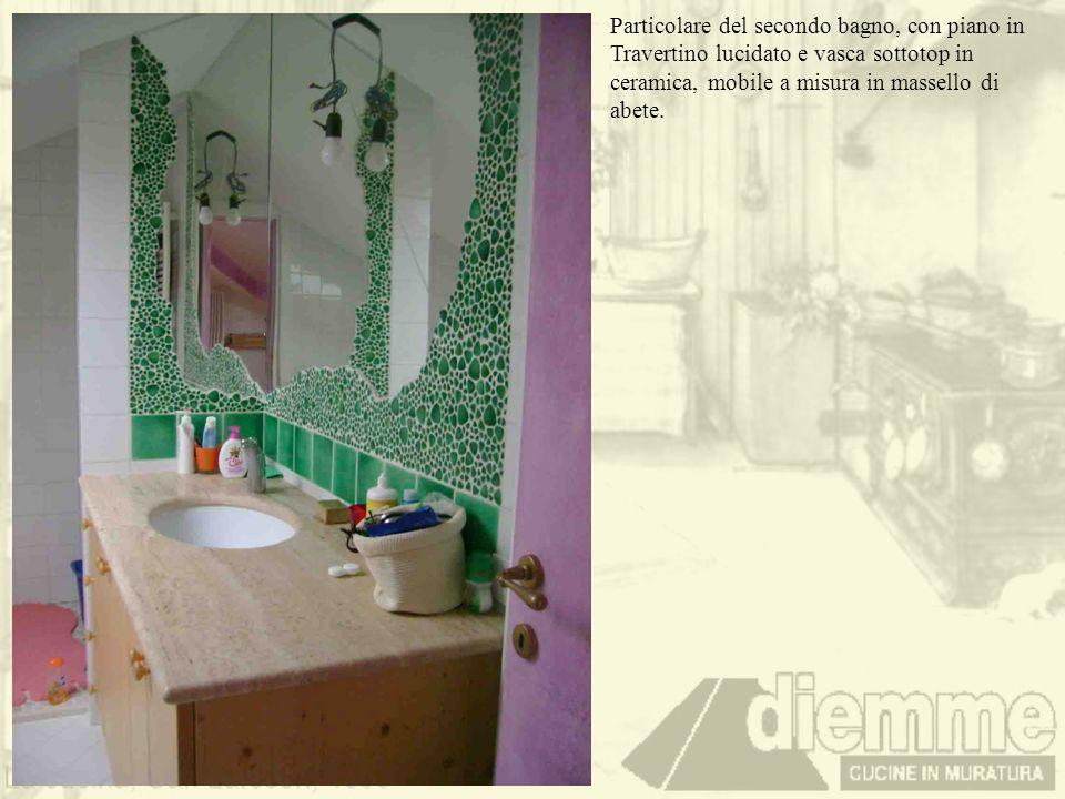 Particolare del secondo bagno, con piano in Travertino lucidato e vasca sottotop in ceramica, mobile a misura in massello di abete.
